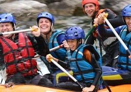 Une famille s'amuse pendant l'activité de Rafting sur le Gave de Pau - Classique avec Ohlala Eaux Vives.