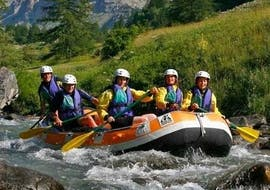 Un groupe d'amis pagaye sur la rivière Guisane lors de leur descente en rafting classique avec Rivières Évasion.