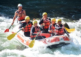 A group of friends is tackling some rapids on the Dranse river during their discovery rafting tour with 7 Aventures.
