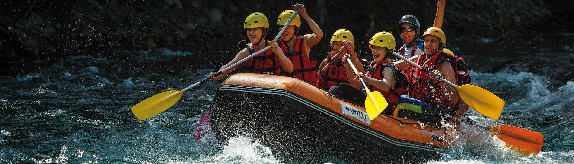 A group paddles while laughing on their raft during the activity Rafting on the Garonne - Discovery with H2O vives.