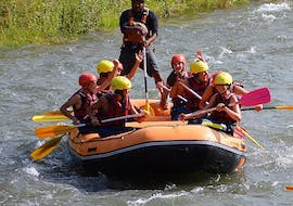 A group is paddling on a raft during the activity Rafting on the Garonne - Discovery with H2O vives.