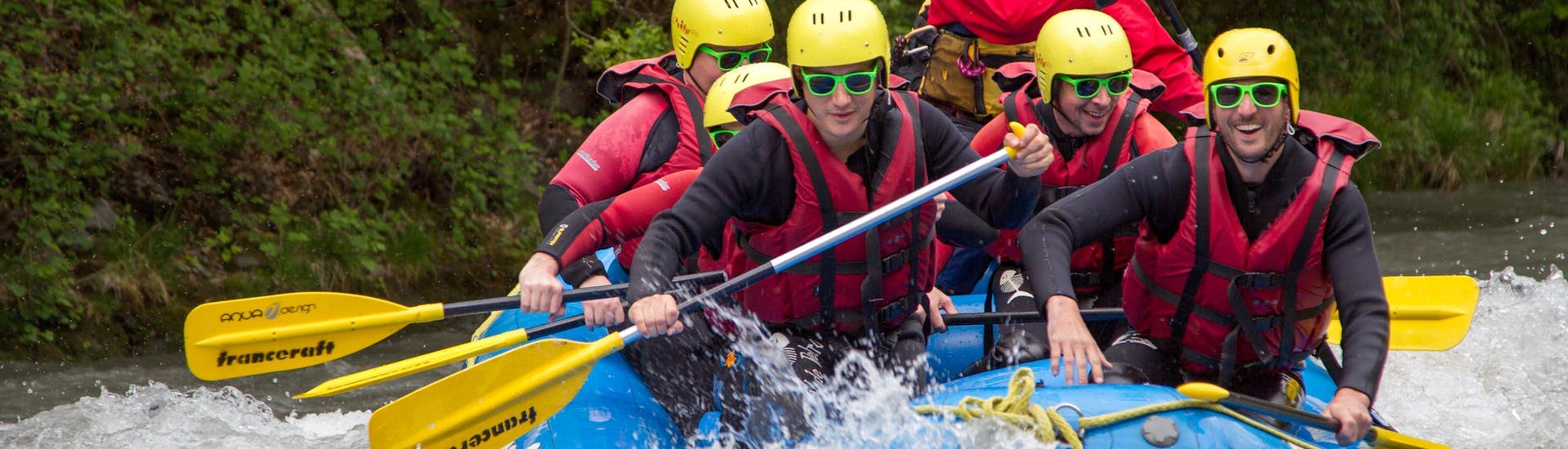 A group of friends is enjoying they Rafting on Isère River - Easy Tour with Franceraft.