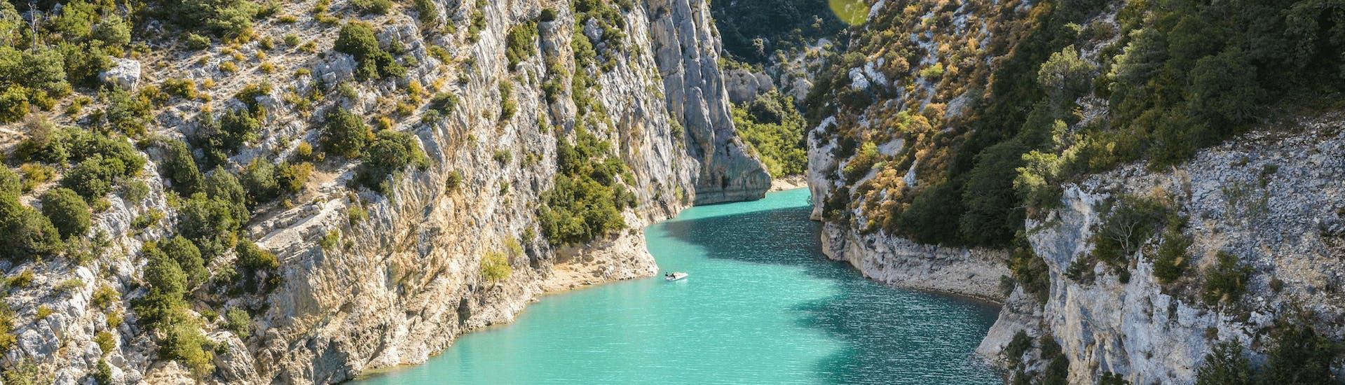Vue magnifique des gorges du Verdon et de ses eaux émeraude où Yeti Rafting organise des descentes en rafting pour les familles l'automne.