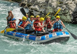 A family is enjoying their rafting tour on the Verdon river organized by Yeti Rafting.