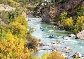 A family enjoys the calm rafting tour on Río Gállego, offered by UR Pirineos.