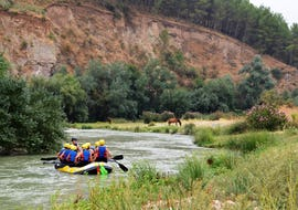 A family enjoys the family rafting tour on the Rio Genil, together with Ocio Aventura Cerro Gordo.