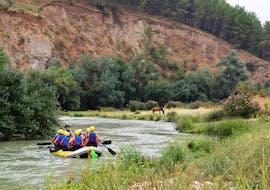 A family enjoys the family rafting tour on the Rio Genil, together with Ocio Aventura Cerro Gordo.