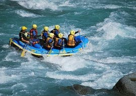 """During the Rafting """"First Timer Tour"""" in Tösen Canyon, a qualified rafting guide from WhyNot Adventures is navigating a raft with a group of enthusiasts through rapids."""