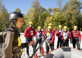 An experienced rafting guide from Montevia is explaining the basics of rafting to a group of participants before they empark on their Rafting for Beginners on the Isar river.
