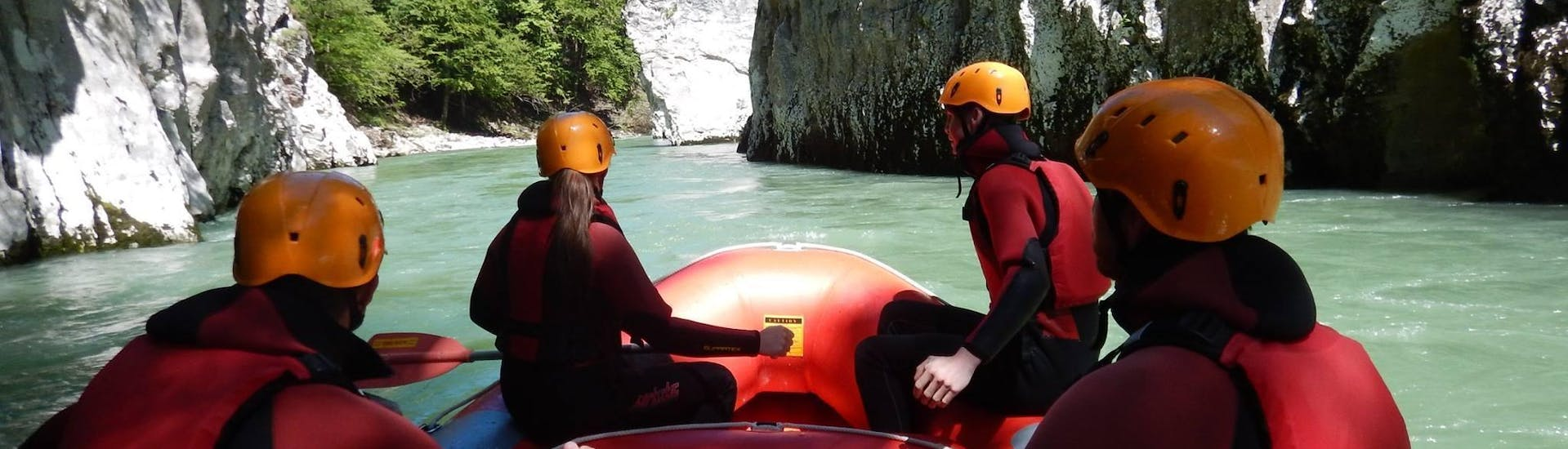 A group of friends is enjoying the tour Rafting for Explorers on the Tiroler Achea river, provided by Sport und Natur.