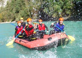 A rafting group who enjoys rafting down the Imster Schlucht on their Rafting Tour for Beginners together with an experienced instructor from Natur Pur Outdoorsports.