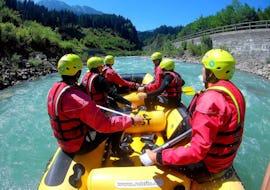 Eine Familie, die reichlich Spaß auf ihrer Rafting Tour für die ganze Familie mit dem erfahrenem Team von Frost Rafting & Canyoning Tours hat.