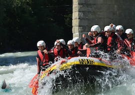 The participants of Rafting for Young & Old - Imster Schlucht with CanKick Ötztal are paddling through a rapid on the Inn river.