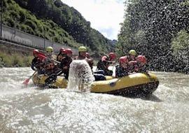 Eine Gruppe von Leuten, die bei einer Rafting Tour mit Torrent Outdoor Experience die Salzach hinunterfährt.