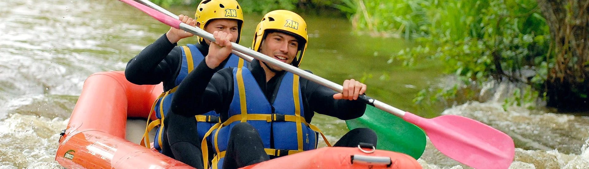 Two friends are paddling quietly on the river during their Rafting on Le Chalaux - Hot-Dog tour with AN Rafting Morvan.