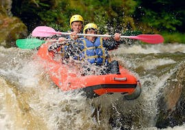 Two friends are facing the impetuous current of the river during their Rafting on Le Chalaux River - Hot-Dog tour with AN Rafting Morvan.