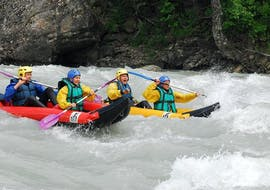 """Participants of the Canoë """"Hotdog"""" tour on the Durance with Latitude Rafting are enjoying their time on the water."""