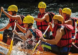 A group is paddling activly while laughing on their raft during the activity Rafting on the Garonne for Intermediary levels with H2O vives.