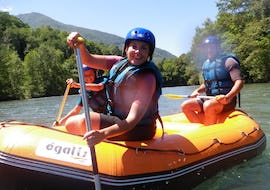 A family is rafting during the Rafting in Gave de Pau - Mini-Boat activity with Ohlala Eaux Vives.