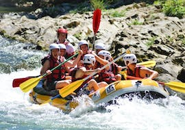 A group is rafting as part of the classic tour on the Nive with Cocktail aventure.