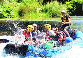 A group of participants during the adventurous rafting power on the Aniene River with Vivere l'Aniene.