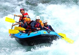 A group on the raft faces the water of the Lima River during the Rafting on the Lima - Exciting organized by Rockonda.