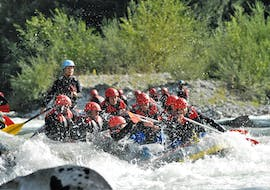 The guests of outdoor center Baumgarten have a lot of fun during the rafting on the Saalach river in Schneizlreuth.