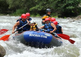 A family and an experienced rafting guide from ROCROI are enjoying their rafting trip on the Noguera Pallaresa River.