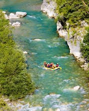 A group of people is enjoying themselves while rafting in Verdon.