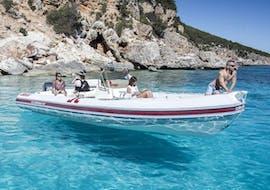 La location jusqu'à 10 personnes d'un bateau pneumatique à Cala Gonone, avec Dovesesto Cala Gonone.