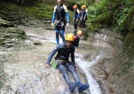 Un homme participant à la sortie Aqua Rando pour Familles - Canyon du Grosdar avec La Boîte à montagne profite d'être dans l'eau.