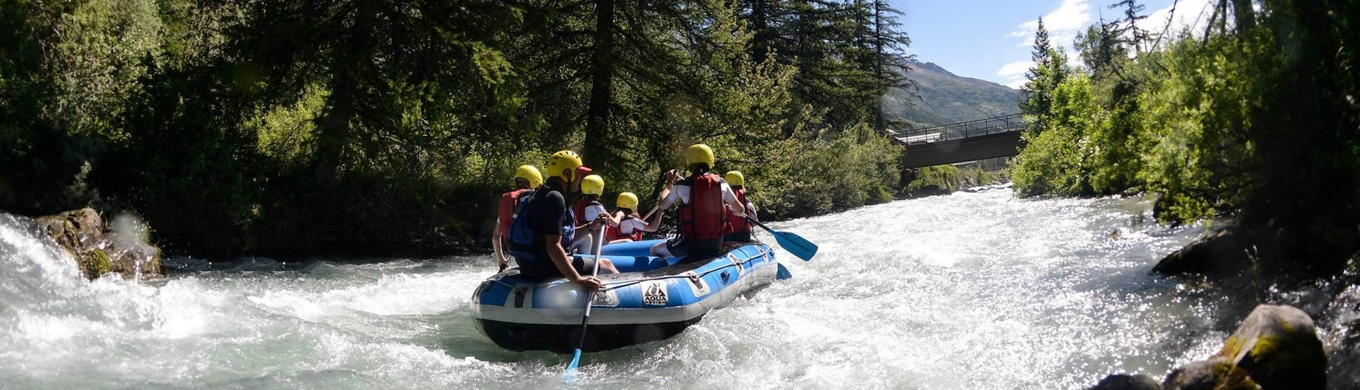 A group of friends is doing a rafting tour near Serre Chevalier thanks to Rivières Evasion.