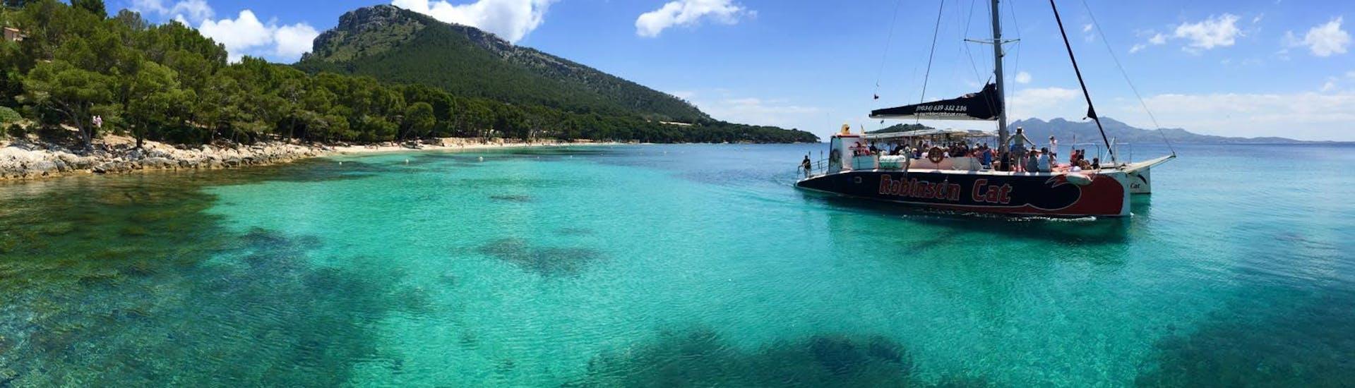 El barco cruza las aguas cristalinas durante el Paseo en Catamarán desde Pollença - Amanecer con Delfines organizado por Robinson Boat Trips.