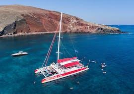 Zeilboottocht van Oía naar Red Beach met zwemmen & toeristische attracties