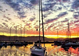 Durign the Sunset Sailing Tour from Knysna with Finger Dinner organised by Spring Tide Charters Garden Route, the tourists are enjoying the spectacular Knysna sunset.