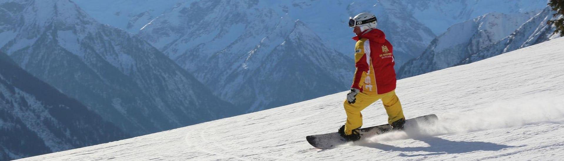 Snowboarder fährt einen Berg hinunter mit einem Snowboard Privatlehrer - Alle Levels & Altersgruppen