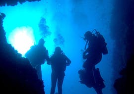 A group of friends is enjoying their Guided Shore Dives in Golfe d'Ajaccio for Certified Divers activity with Maeva Plongée.