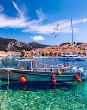 A beautiful picture of a diving boat on the ocean where you can do scubadiving in the Insel Hvar.
