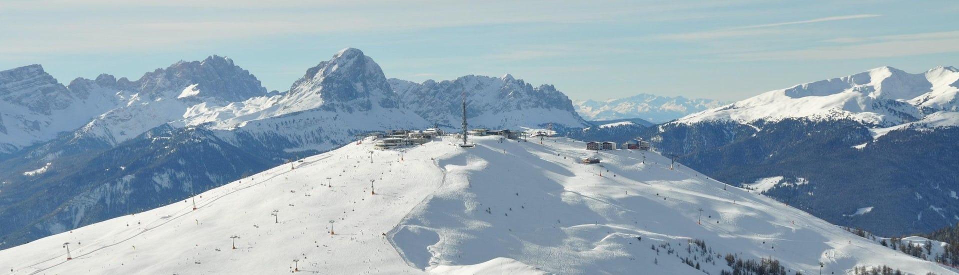 Ausblick auf die sonnige Berglandschaft beim Skifahren lernen mit den Skischulen am Kronplatz.