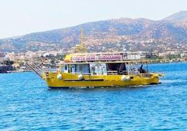 Der Katamaran von Semi-Submarine im Meer vor dem Hafen von Agios Nikolaos auf Kreta.