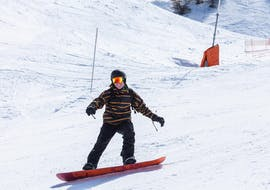 Snowboarder slides down the slope during the Private Snowboarding Lessons - All Levels & Ages with the ski school Diablerets Pure Trace.