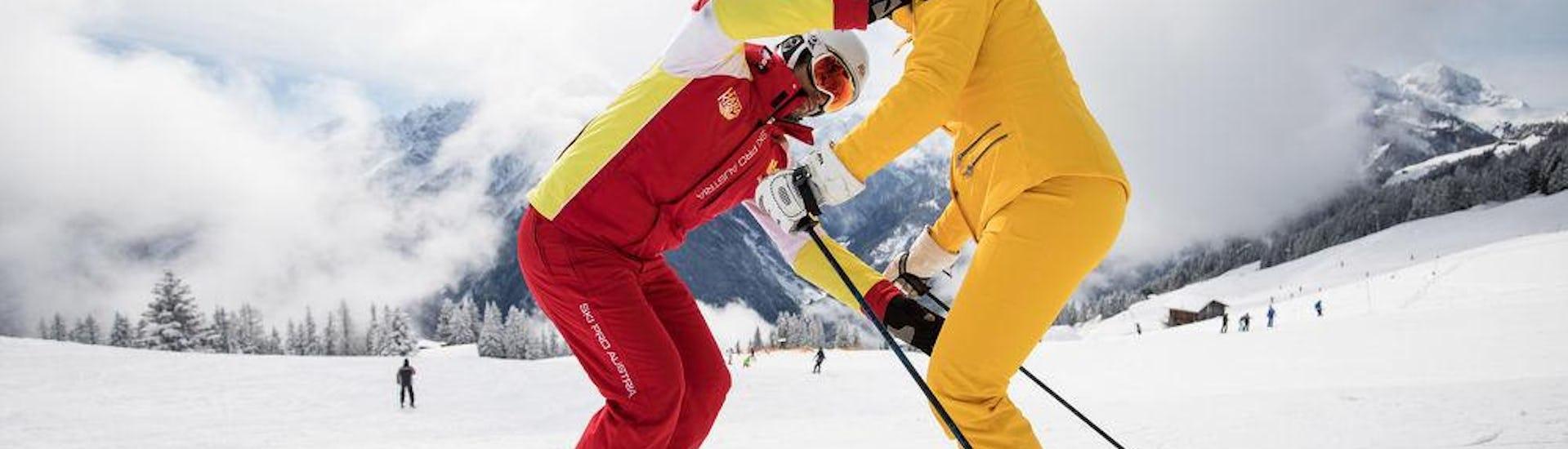 Skianfänger helfen sich gegenseitig im Skikurs für Erwachsene - Alle Levels