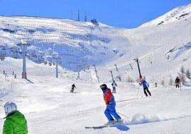 Uno sciatore si sta divertendo sulle piste durante una delle Lezioni di sci per adulti - Intermedi/Avanzati organizzate dalla scuola di sci YES Academy Sestriere.