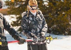 Een vrouw leert skiën tijdens de cursus Skilessen voor volwassenen - Middag - Beginners van Skischule Kahler Asten.