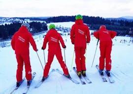 Eine Gruppe von Skifahrern nimmt an dem Skikurs für Erwachsene für Alle Levels der DSV Skischule Züschen teil.
