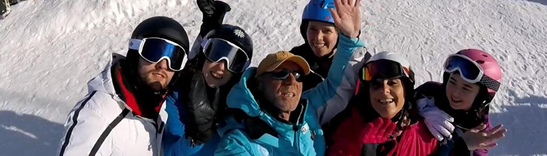 Un groupe de skieurs prend un selfie avec leur moniteur de ski de l'école de ski ESI Easy2Ride Morzine pendant leur Cours de ski pour Adultes - Après-midi - Débutant.