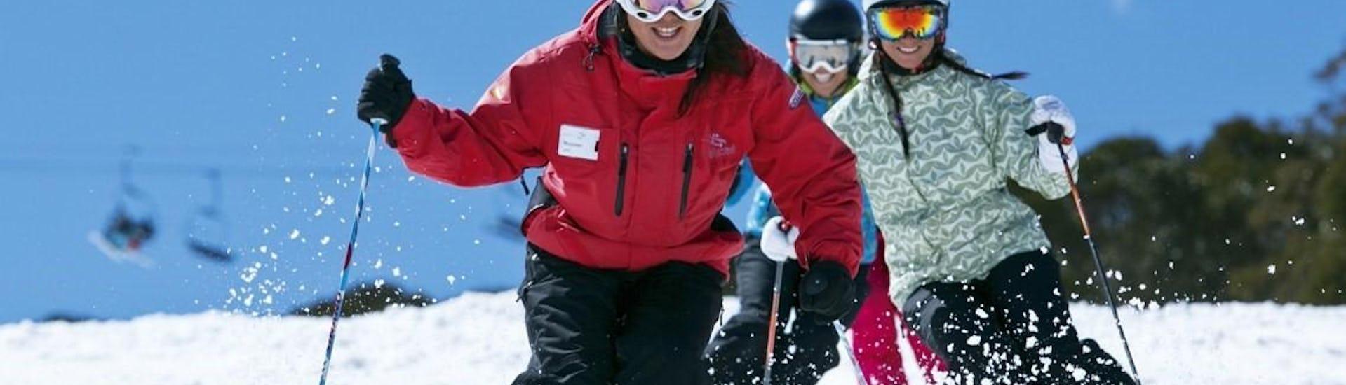 Ein Ski Experte erobert während der Aktivität Skikurs für Erwachsene - Weihnachtsferien - Alle Levels der Skischule Scuola di Sci Val Rendena die Skipiste in Pinzolo.