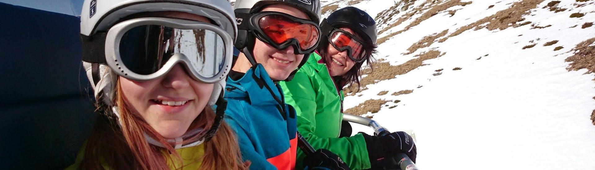 Un groupe de skieurs sourient à l'appareil photo tandis qu'ils empruntent les remontées mécaniques pour rejoindre leurCours de ski pour Adultes - Matin -Expérimenté -Basse saison avec l'école de ski ESI Easy2Ride Morzine.