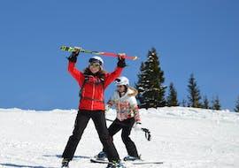 Im Skikurs für Erwachsene - Anfänger zeigt die Skilehrerin der Skischule Kitzbühel Rote Teufel einer Skianfängerin die Grundlagen des Pflugfahrens.