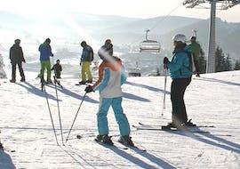 Een ervaren skileraar van Skischule Snow & Bike Factory Willingen geeft een groep tieners les tijdens de cursus Skilessen voor jongeren (13-17 j.) - Alle niveaus - Hele dag.